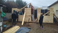 Ayudan a una víctima de violencia de género en la construcción de su casa