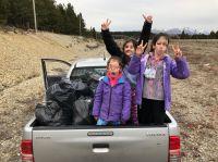 Una familia limpió un tramo del acceso a Bariloche