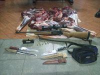 Cazaron un ciervo y ocultaron el arma en el motor del vehículo