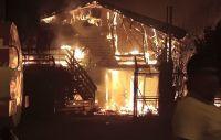 Al menos dos viviendas fueron consumidas por un gran incendio en el Alto