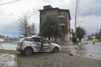 Una mujer embarazada quedó atrapada en un automóvil tras un choque