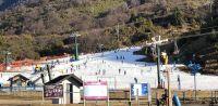 El fin de semana se disfruta de la base del cerro con la nieve fabricada